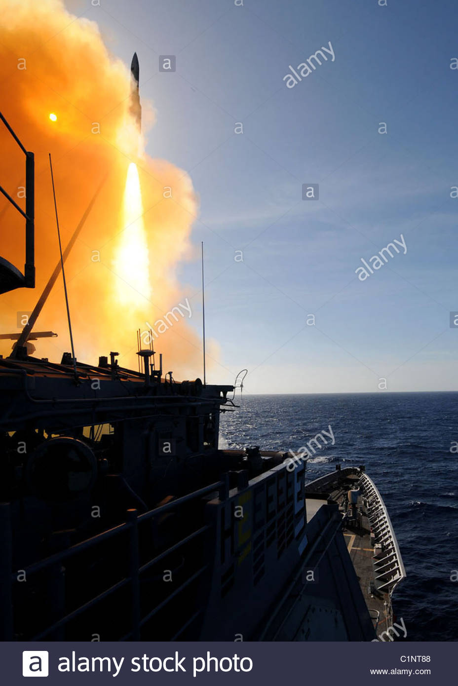 USS Gettysburg (CG 64) launches a Standard Missile 2 (SM-2) - Stock Image