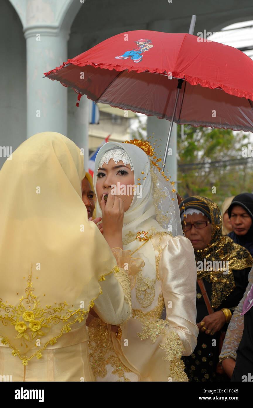 putting on make up, bride at islamic wedding , muslim community , bangkok, thailand - Stock Image