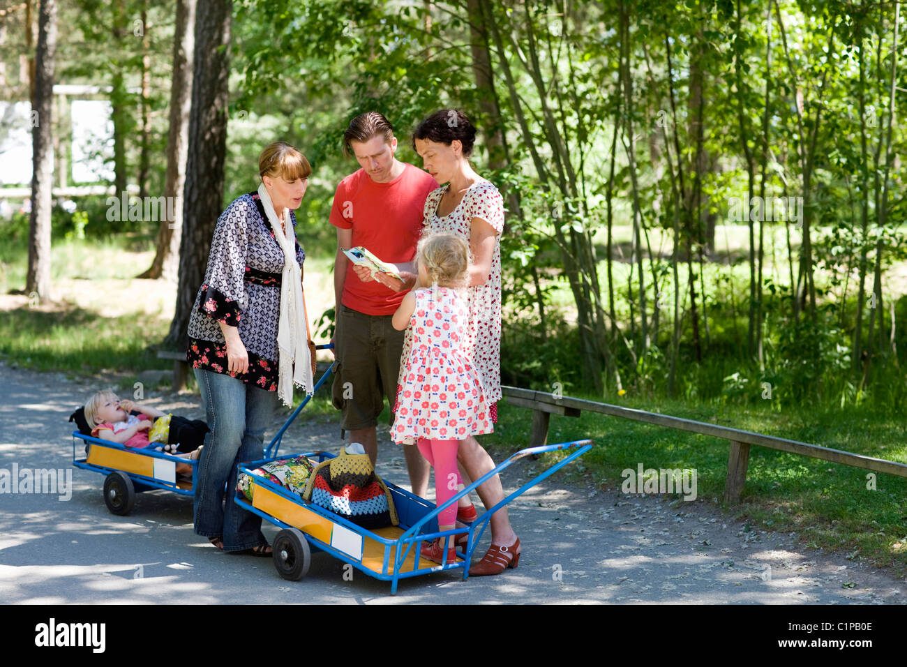 Parents with children viewing map at zoo - Stock Image