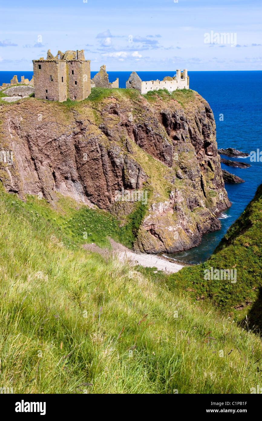 Scotland, Stonehaven, Dunnottar Castle on cliff overlooking sea - Stock Image