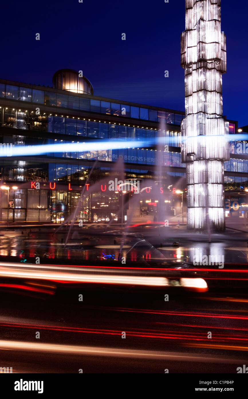 Sergels torg with fountains illuminated at dusk - Stock Image