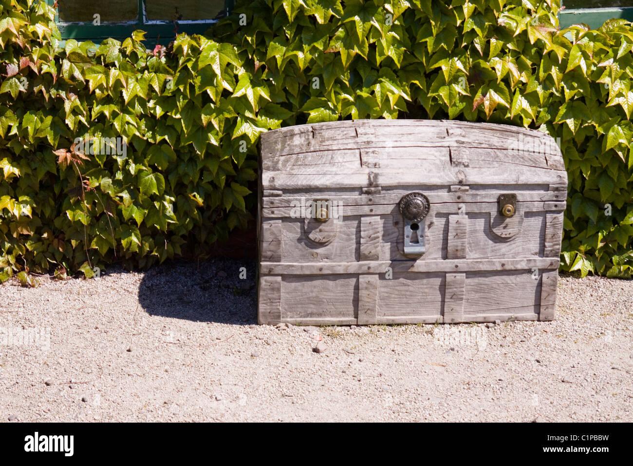 Scotland, Perthshire, Kirriemuir, old wooden trunk in Peter Pan garden - Stock Image