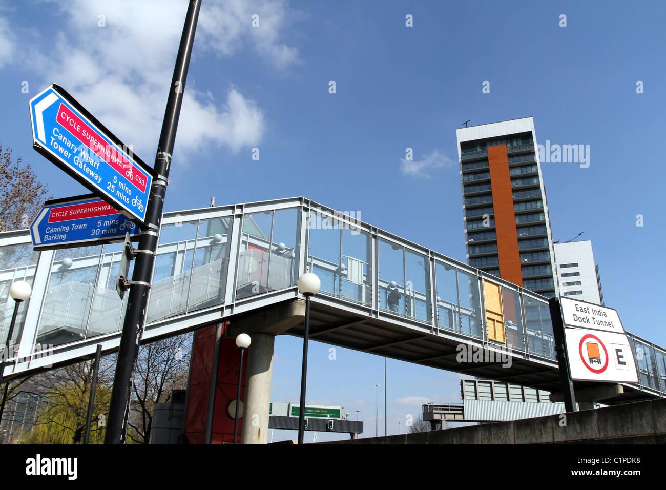 UK.FLYOVER BRIDGE OVER MOTORWAY  IN TOWER HAMLETS, LONDON - Stock Image