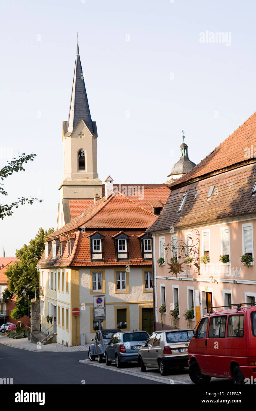 Germany, Bavaria, Marktbreit, spire and buildings on steep hill - Stock Image
