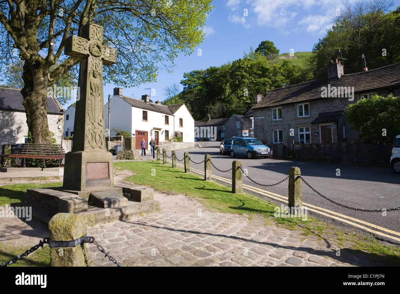 England, Derbyshire, Castleton, Saxon cross in market square in village - Stock Image