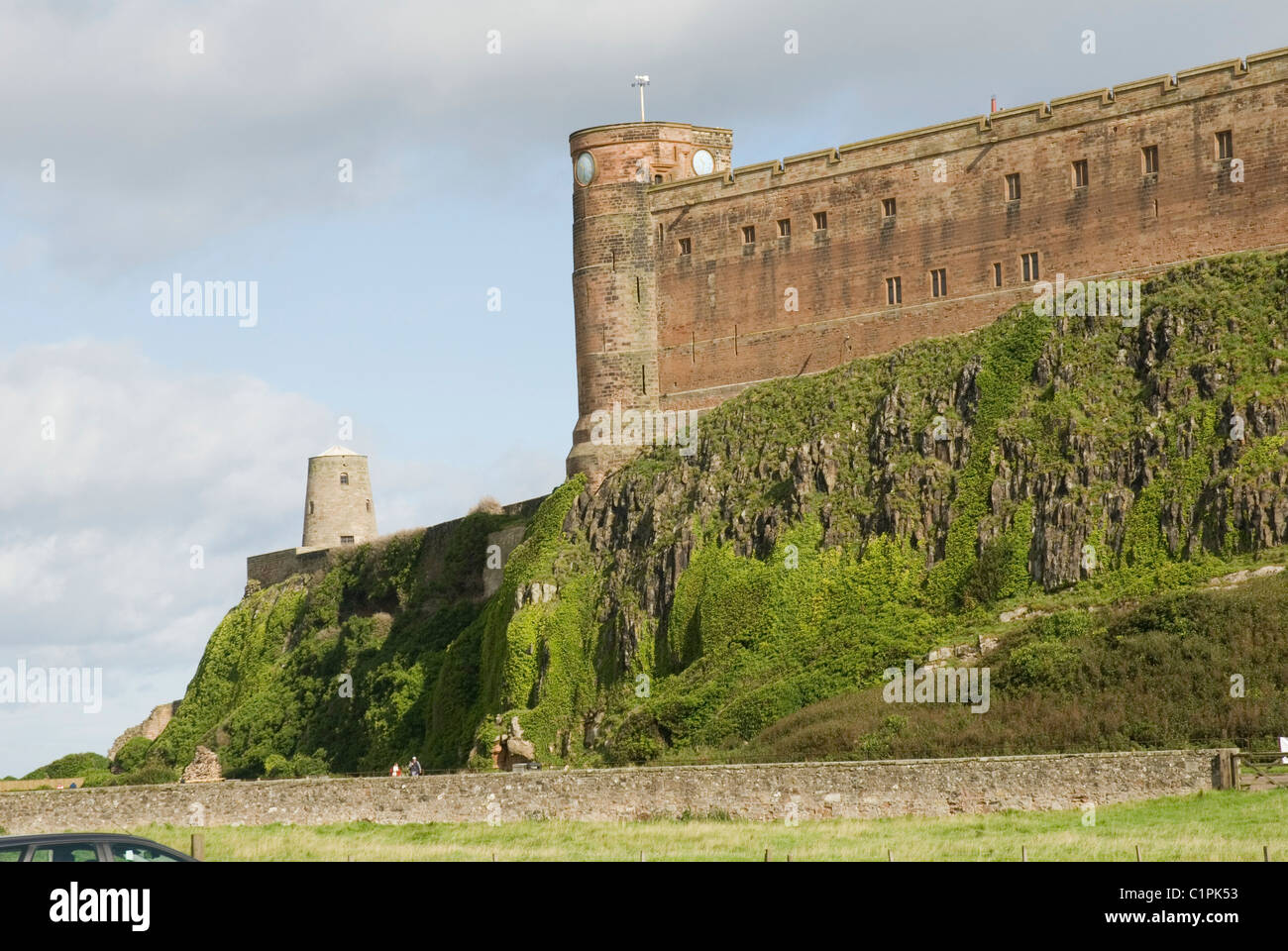 England, Northumberland, Bamburgh Castle on basalt outcrop - Stock Image