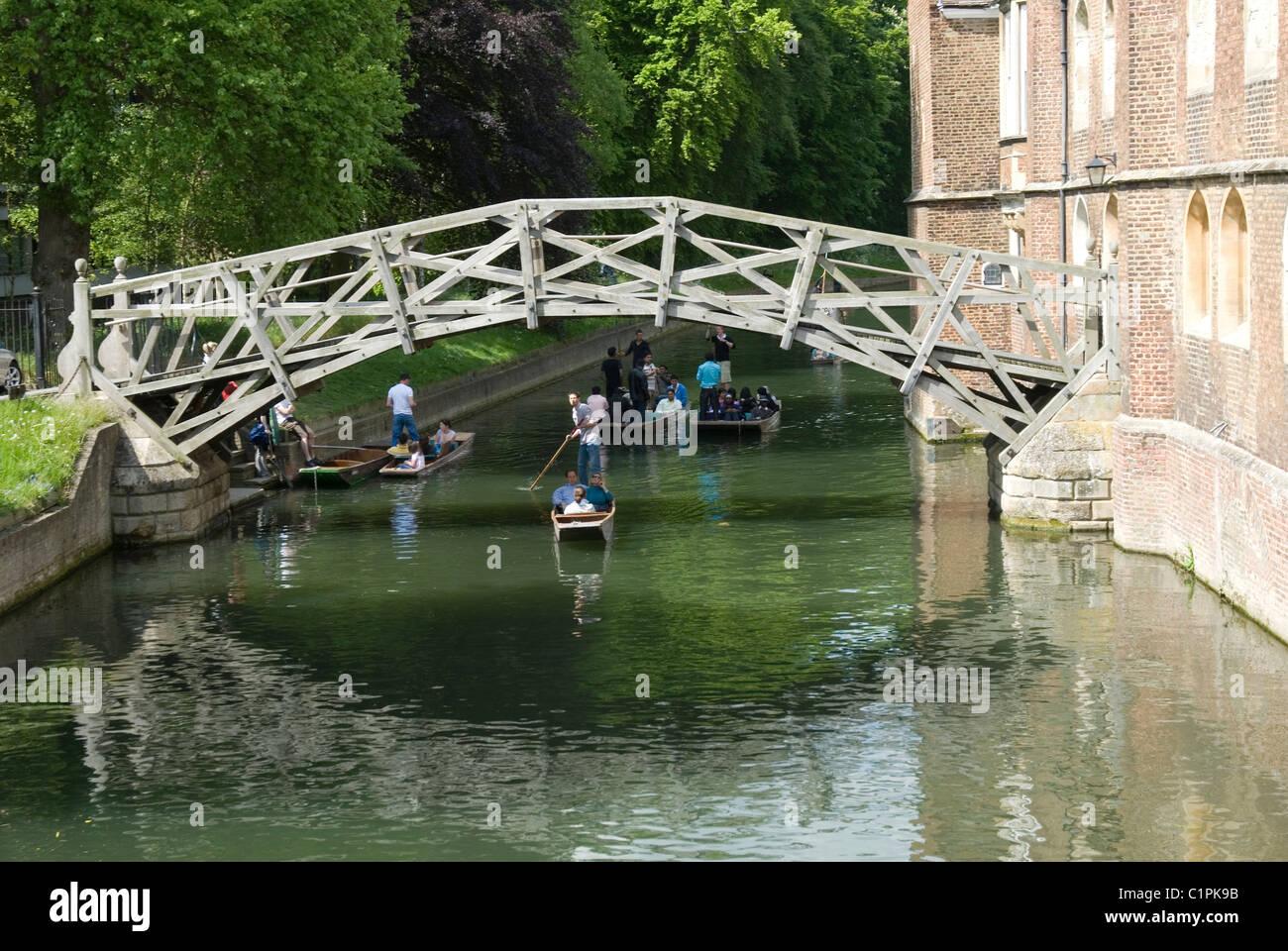 England, Cambridge, Mathematical Bridge, punting on river Cam - Stock Image