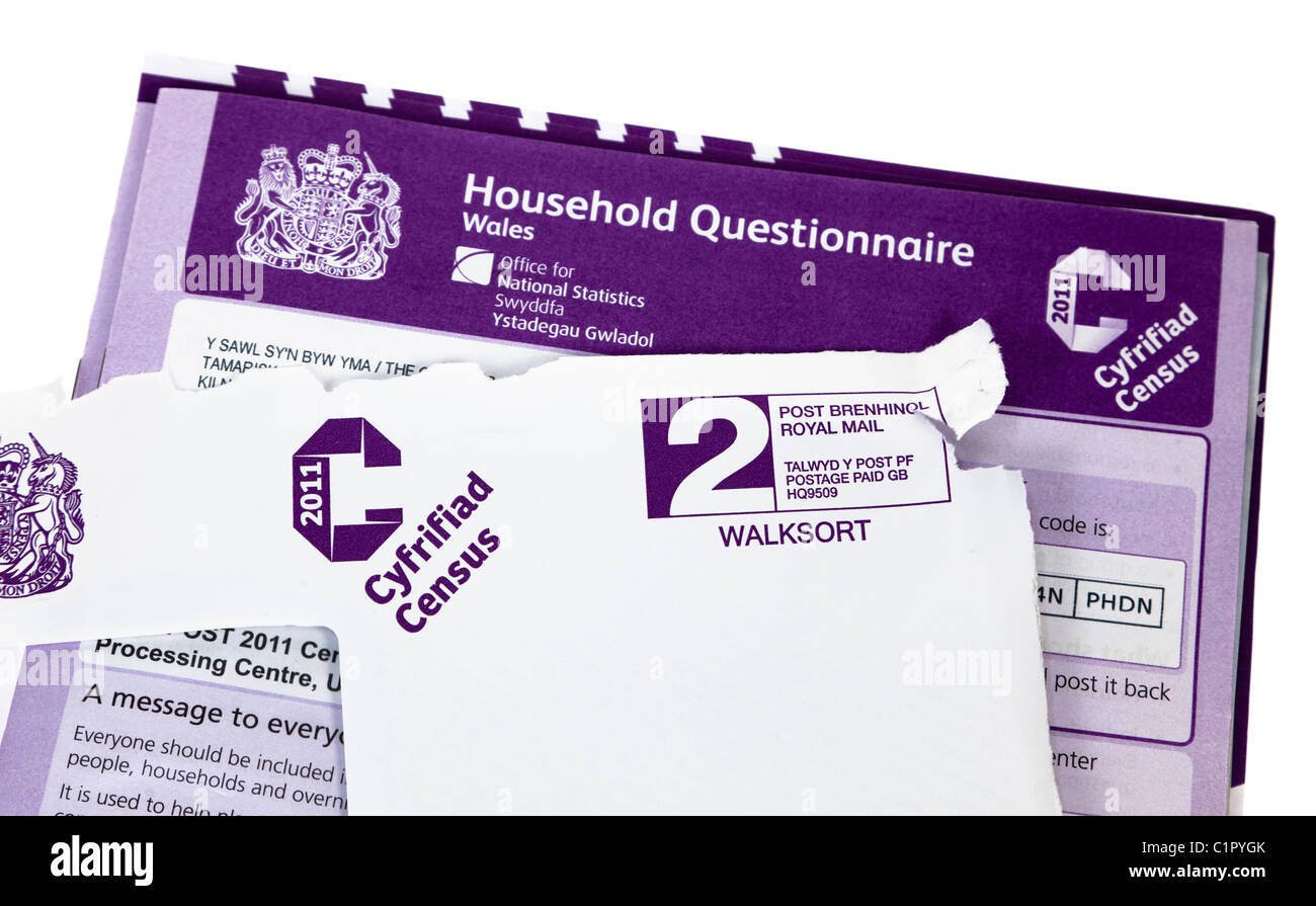 Household questionnaire form for 2011 census in delivery envelope UK - Stock Image