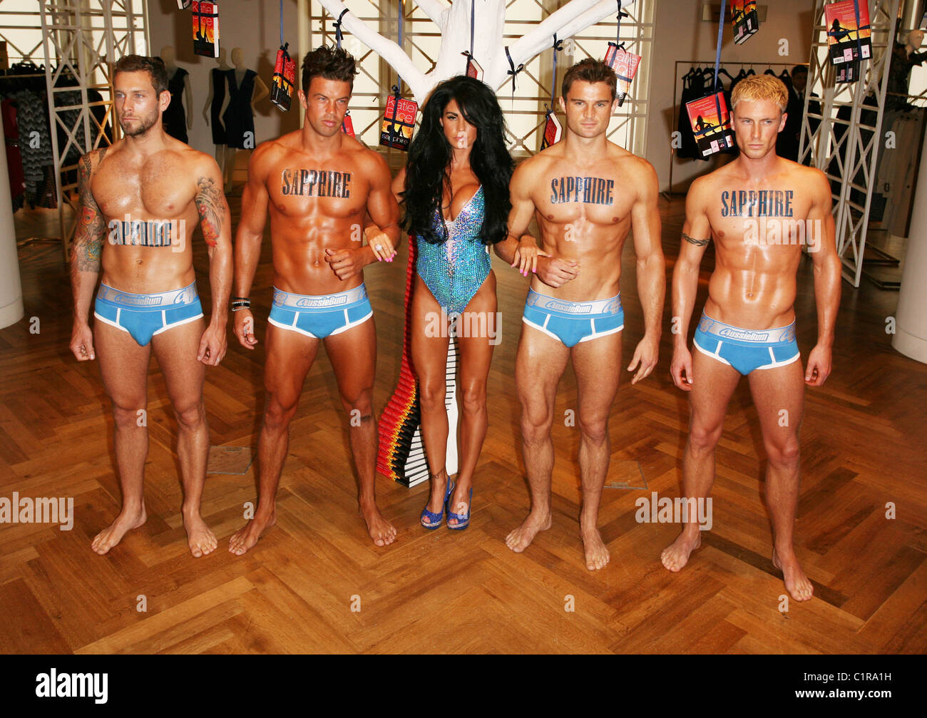 Culo probable Resplandor  Page 2 - Katie Price Aka Jordan Signs High Resolution Stock Photography and  Images - Alamy
