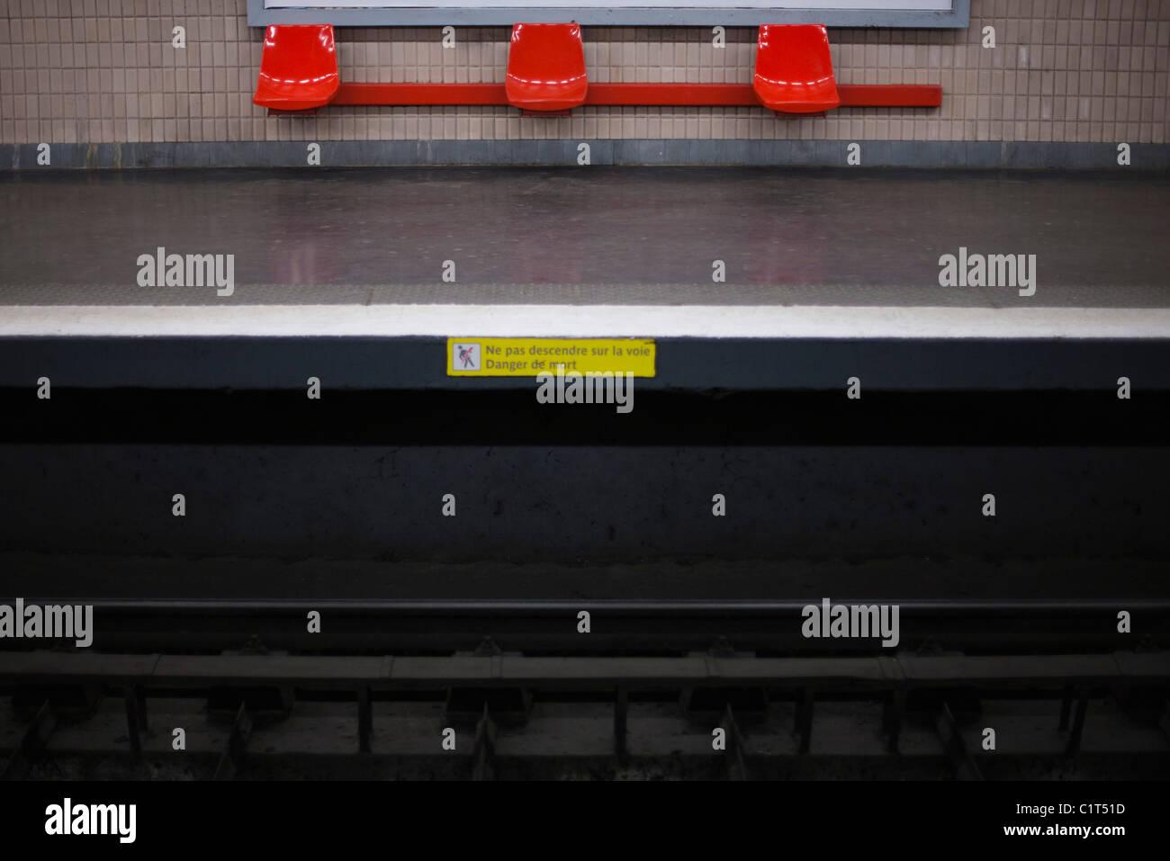 Empty subway platform - Stock Image
