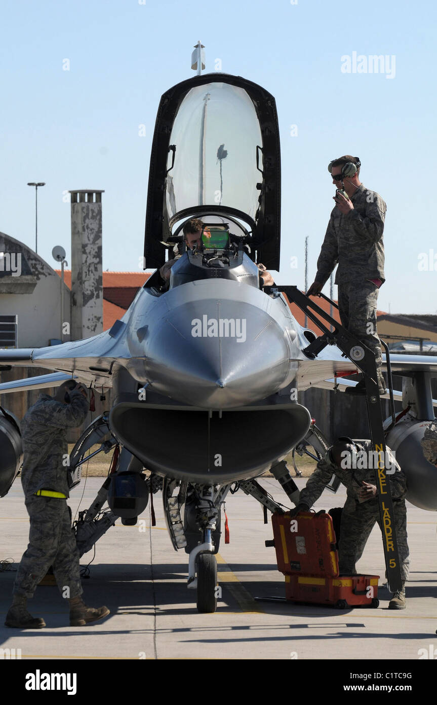 U.S. Air Force F-16 Fighting Falcon flight crew members perform post-flight checks at Aviano Air Force Base, Italy, - Stock Image