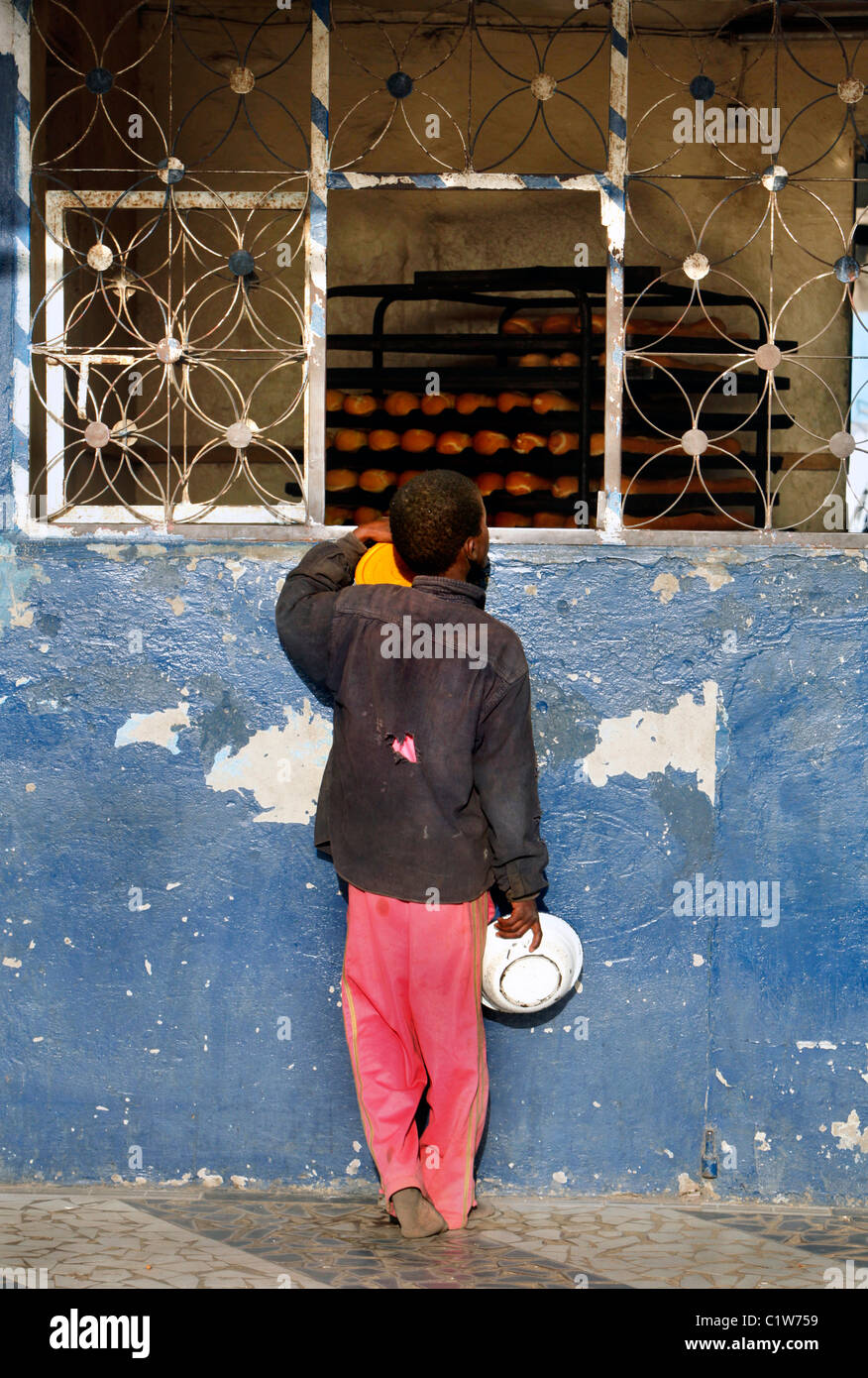 Young Talibé (students from a koranic school) beg on the streets of Saint Louis, Senegal - Stock Image
