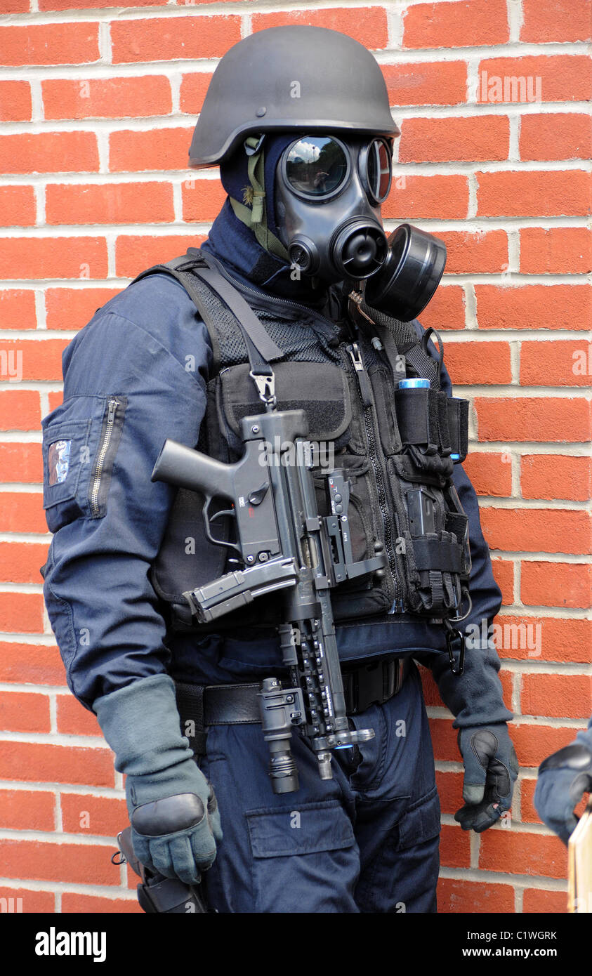Police SWAT officer in gas mask with MP5 machine gun. Real police ...