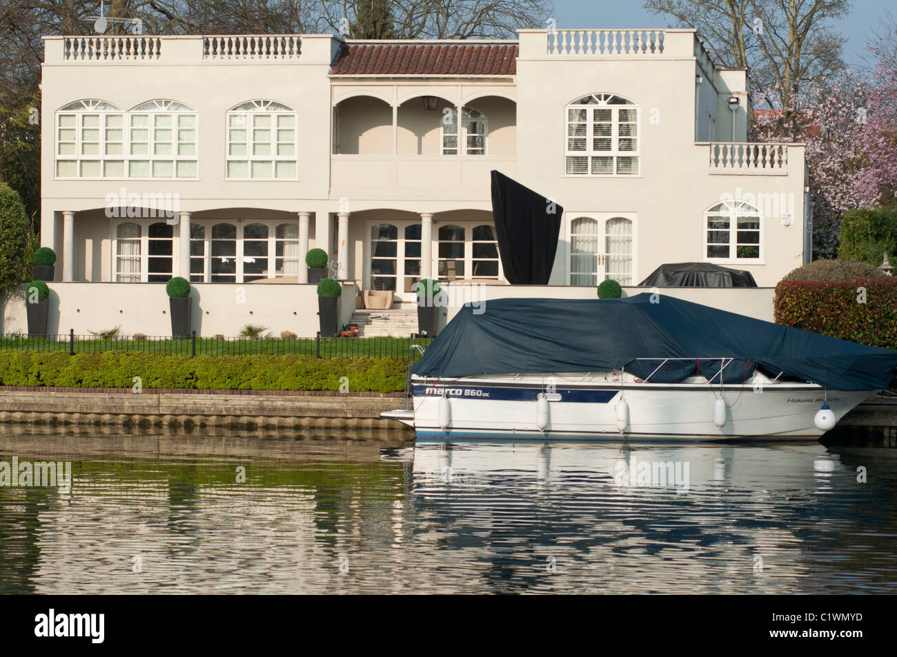 Upmarket property on the river Thames at Maidenhead. England - Stock Image