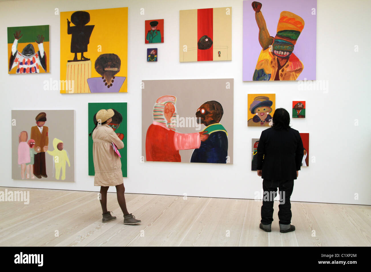 UK. VISITORS TO SAATCHI ART GALLERY IN CHELSEA, LONDON - Stock Image