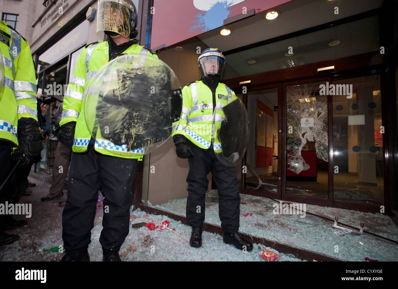 Anti-Cuts march 26/03/2011, London, UK Riot Police outside a ransacked branch of Santander on Piccadilly during - Stock Image