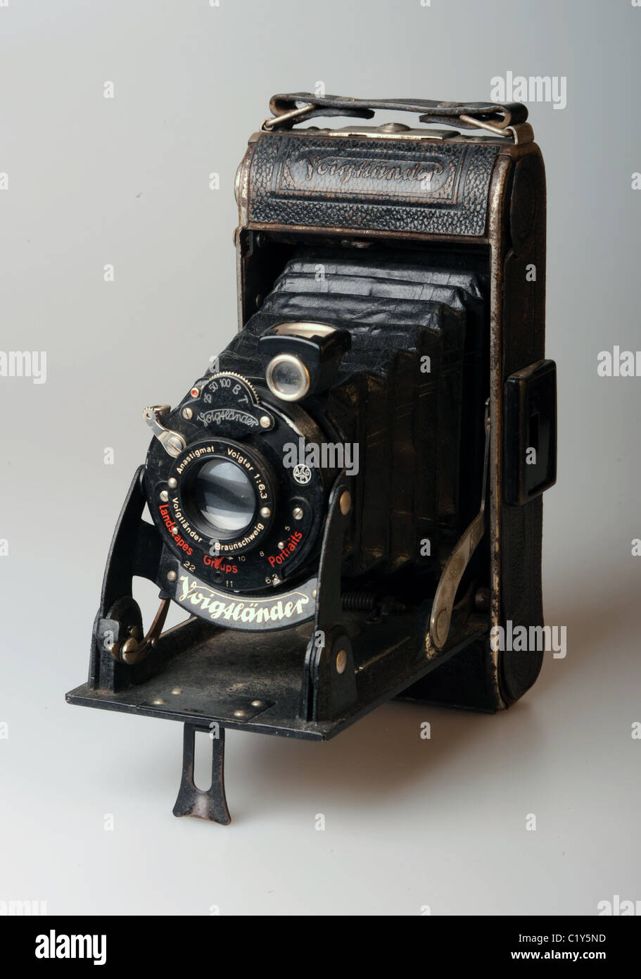 An old 1930s Voigtlander camera with bellows focus - Stock Image