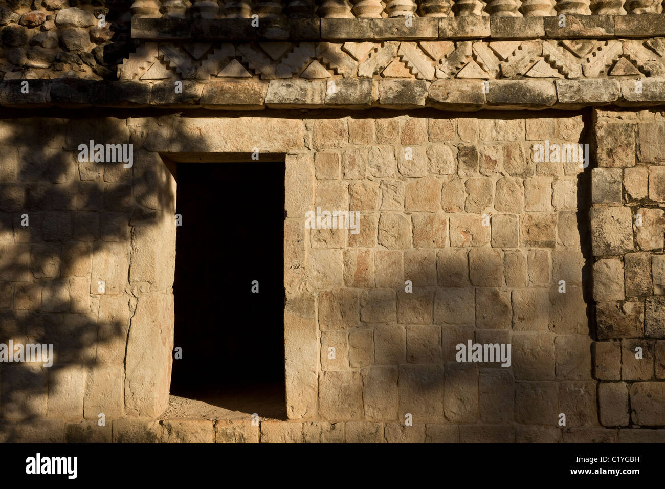 Palace detail in the Classic Maya ruins of Xlapak (Old Walls) along the Puuc Route, Yucatán Peninsula, Mexico. - Stock Image