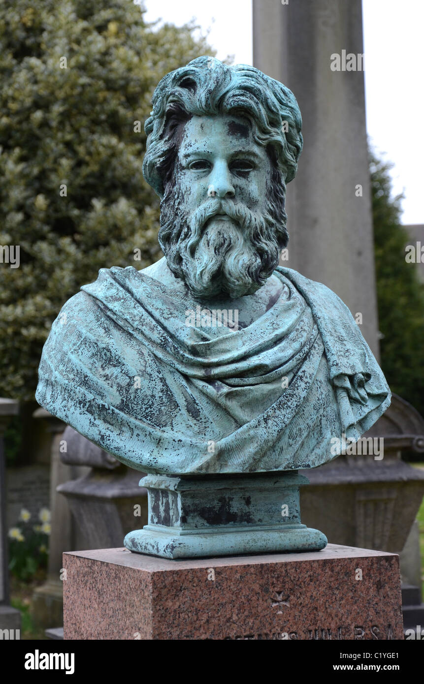 Bust of D O Hill RSA (1802-70): painter, pioneer photographer and founding member of the RSA - Dean Cemetery, Edinburgh. - Stock Image