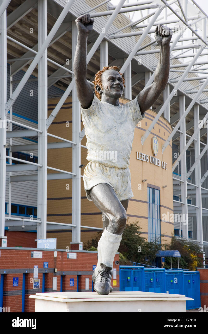 statue-of-footballer-billy-bremner-in-front-of-the-east-stand-of-elland-C1YN1X.jpg