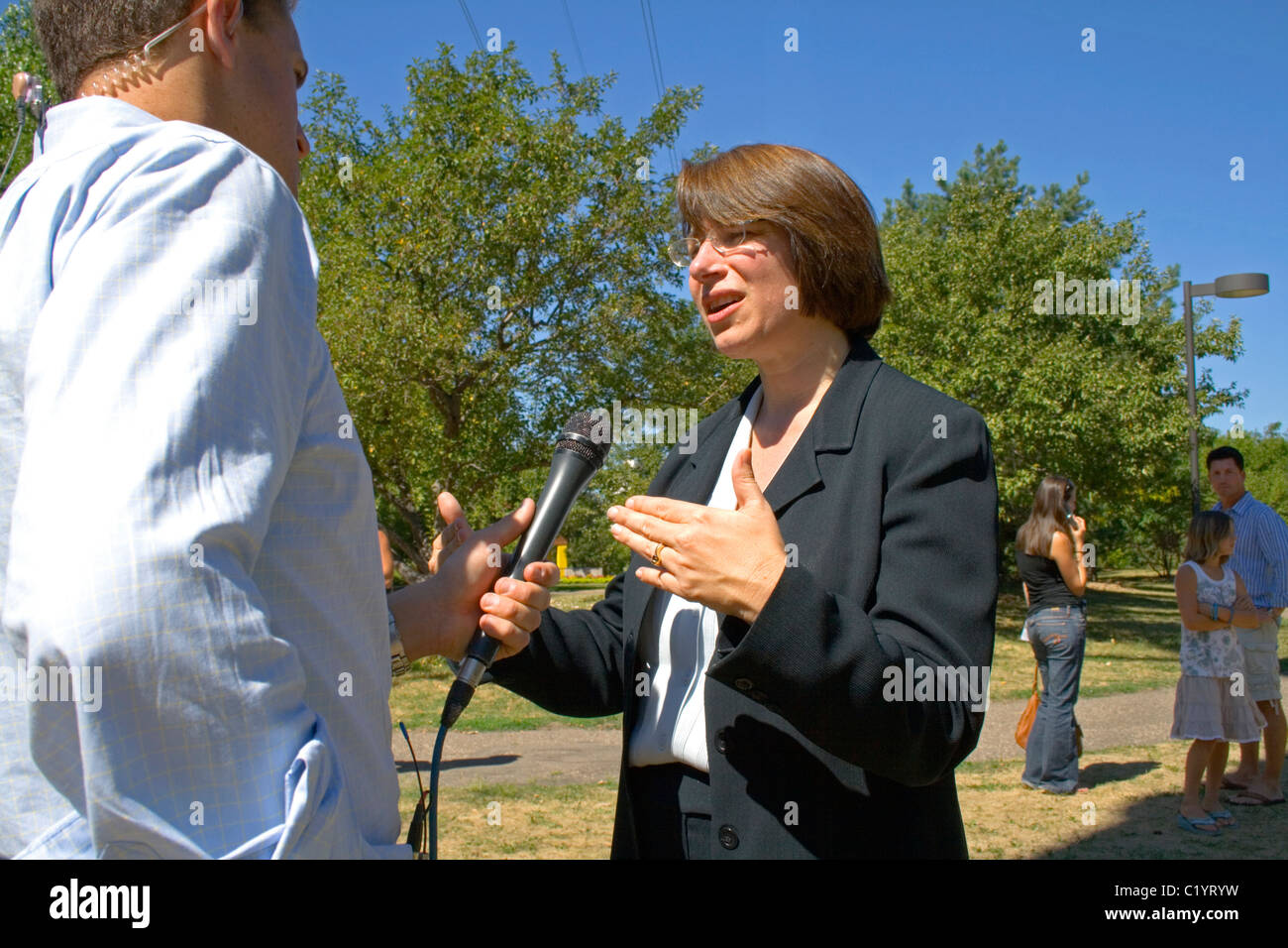 Senator Amy Klobuchar speaking to press day after I-35W bridge collapse. Father Hennepin Bluffs Pk Minneapolis Minnesota - Stock Image