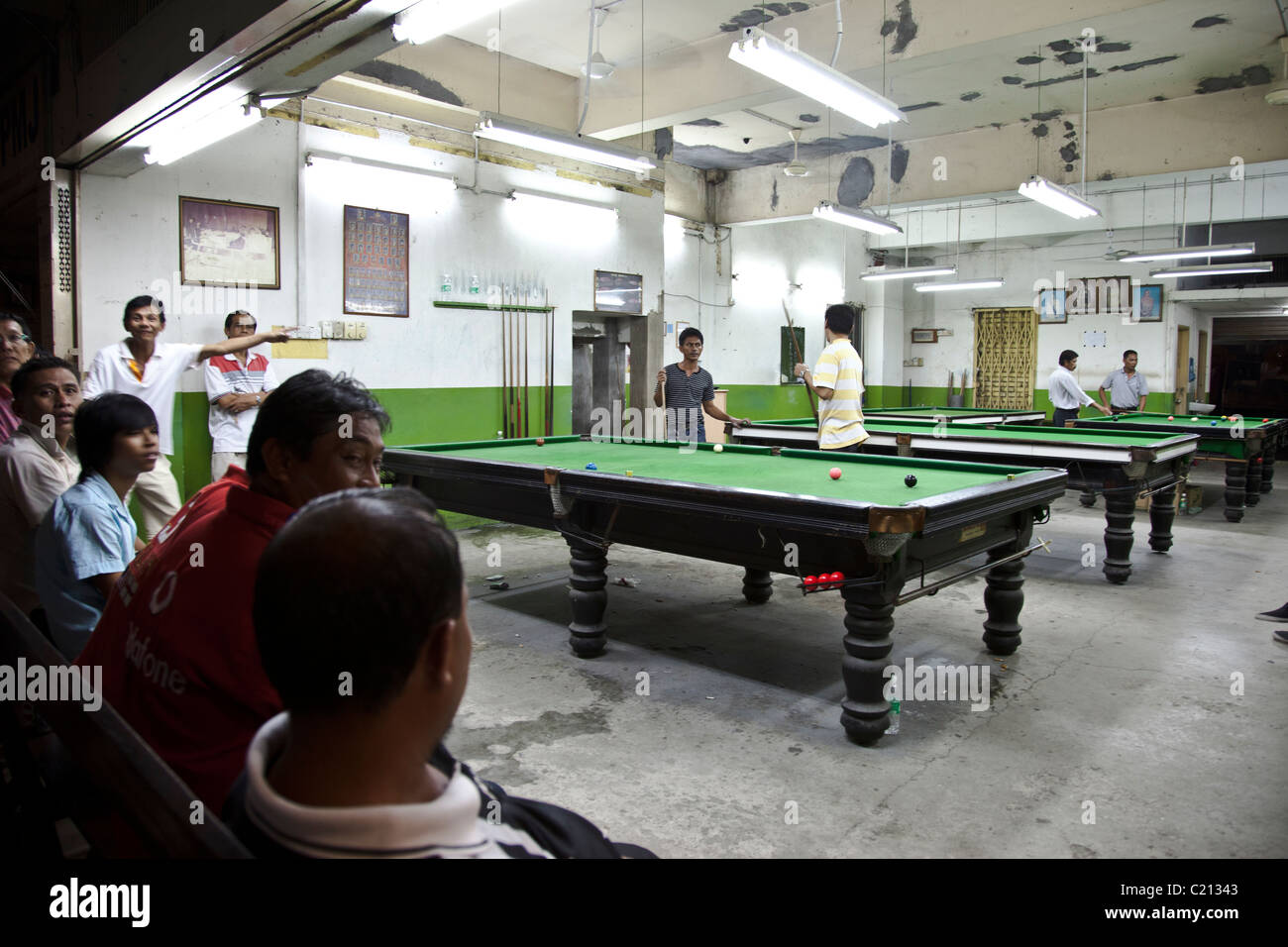 Malaysians playing pool / snooker in a shop with audience from the street, Sabah, Malaysia - Stock Image