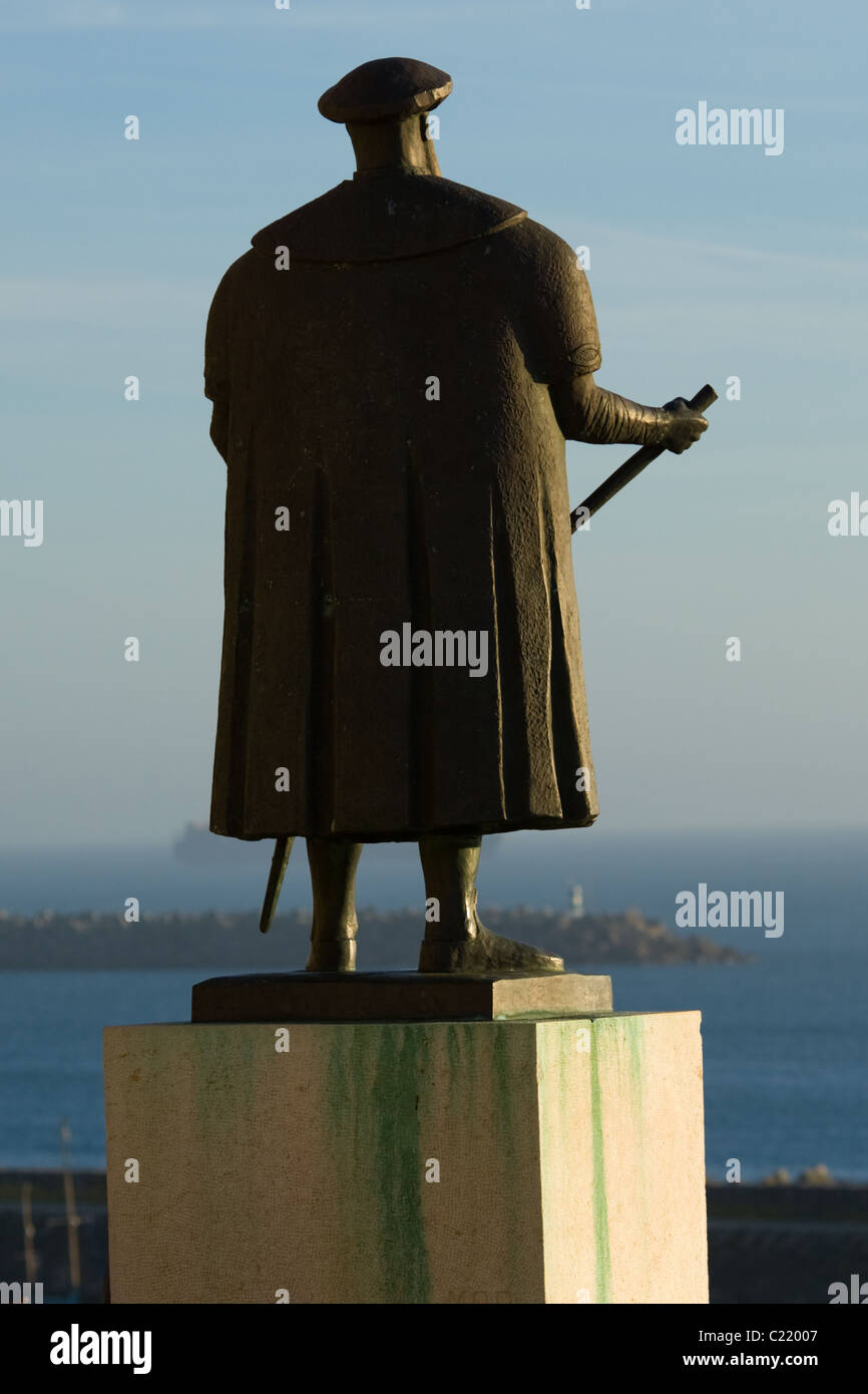 Statue of Vasco da Gama gazing out to sea at his birthplace, Sines, Portugal - Stock Image