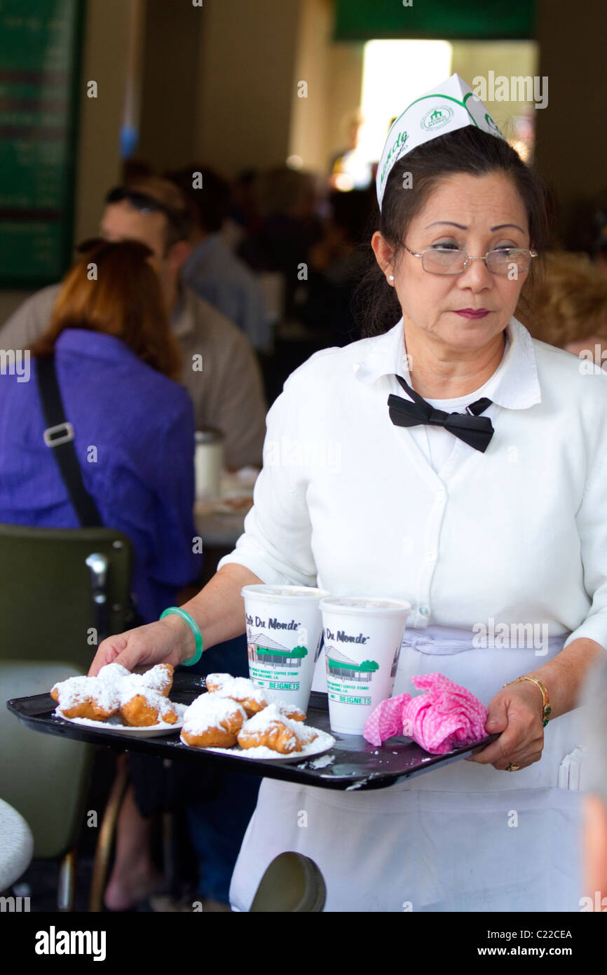 Server at Cafe Du Monde in the French Quarter of New Orleans, Louisiana, USA. - Stock Image