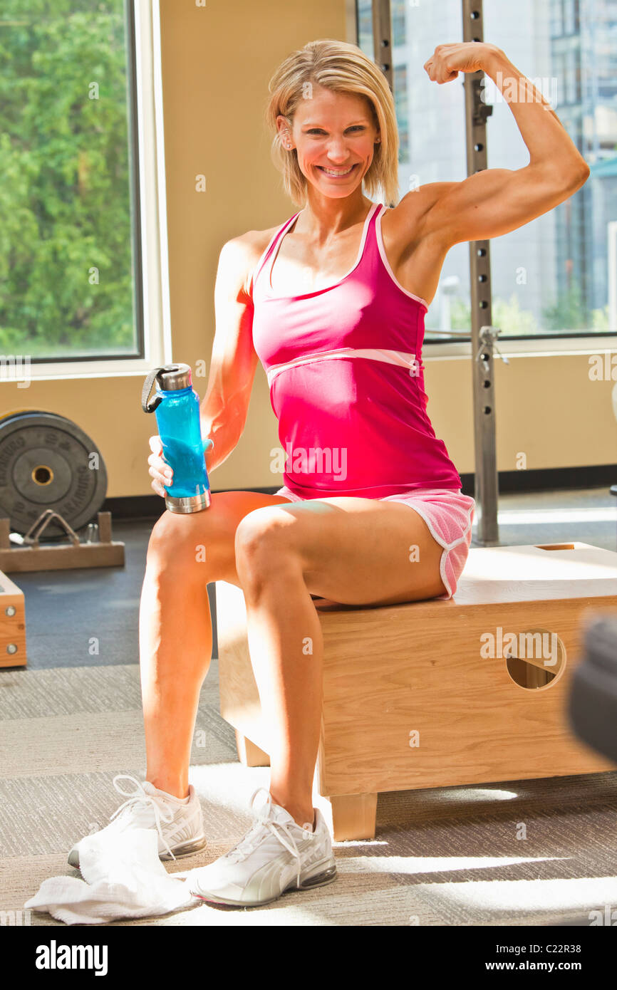 Portrait Of A Physically Fit Woman In A Weightroom Healthclub Stock Photo Alamy Facebook'ta physically fit women'in daha fazla içeriğini gör. https www alamy com stock photo portrait of a physically fit woman in a weightroom healthclub setting 35712076 html