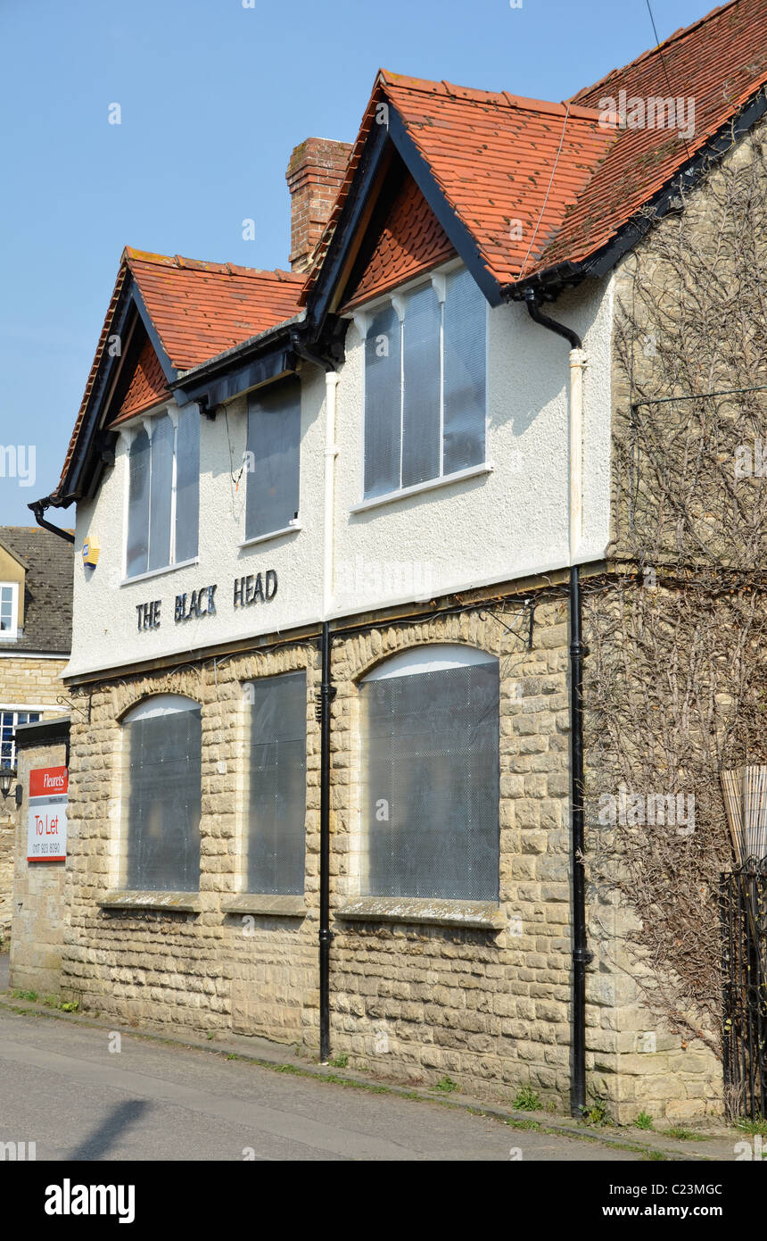 The Black Head, Stonesfield, Oxon, closed and boarded up. It is increasingly difficult to make village pubs pay. - Stock Image