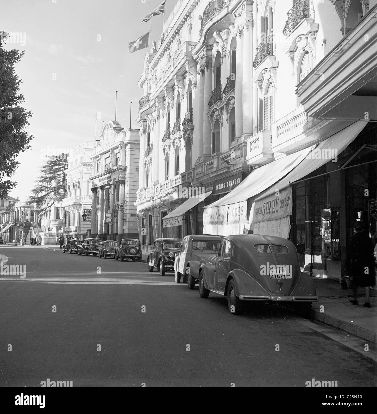 1950s, France.  Cars parked on Avenue des Moulins, Monte Carlo, in this historical photograph by J Allan Cash. - Stock Image