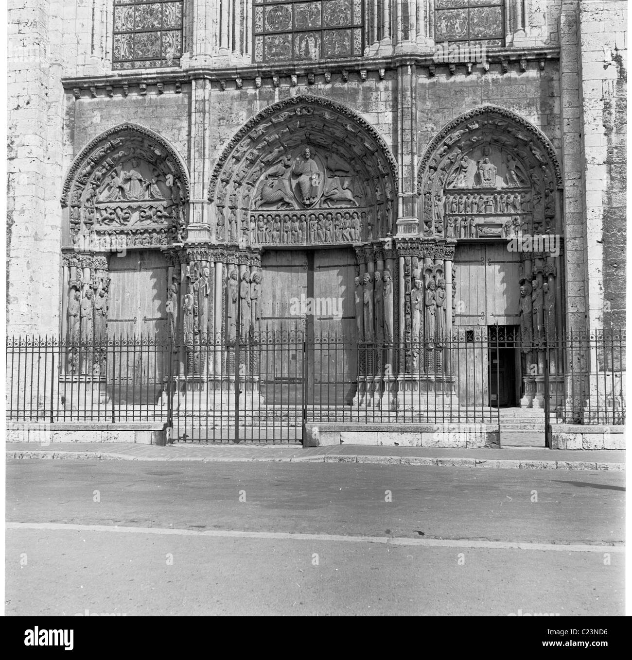 1950s, France.  View of the older, west portal and early Gothic rose window (1135-53) at the Cathedral of Chartres. - Stock Image