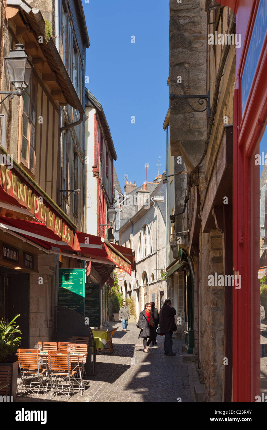 Brasserie in the narrow alleys of Vannes, Morbihan, Brittany, France, Europe - Stock Image