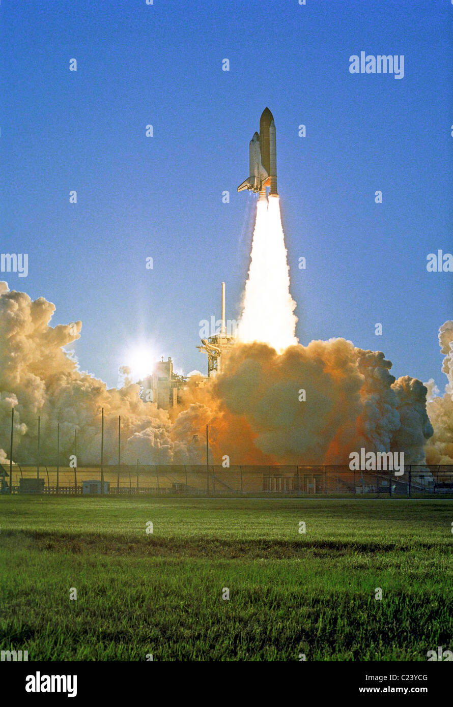 Space Shuttle Atlantis and seven-member STS-117 crew head toward Earth-orbit and a link-up International Space Station Stock Photo