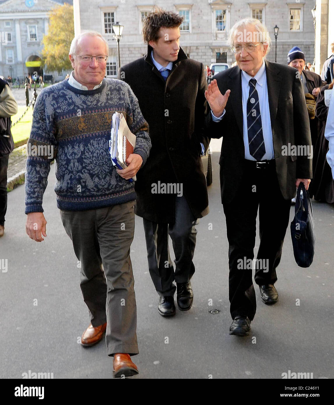 Noam Chomsky, Jamie Walsh, Robert Fisk American intellectual Noam Chomsky is awarded The Gold Medal for Outstanding - Stock Image