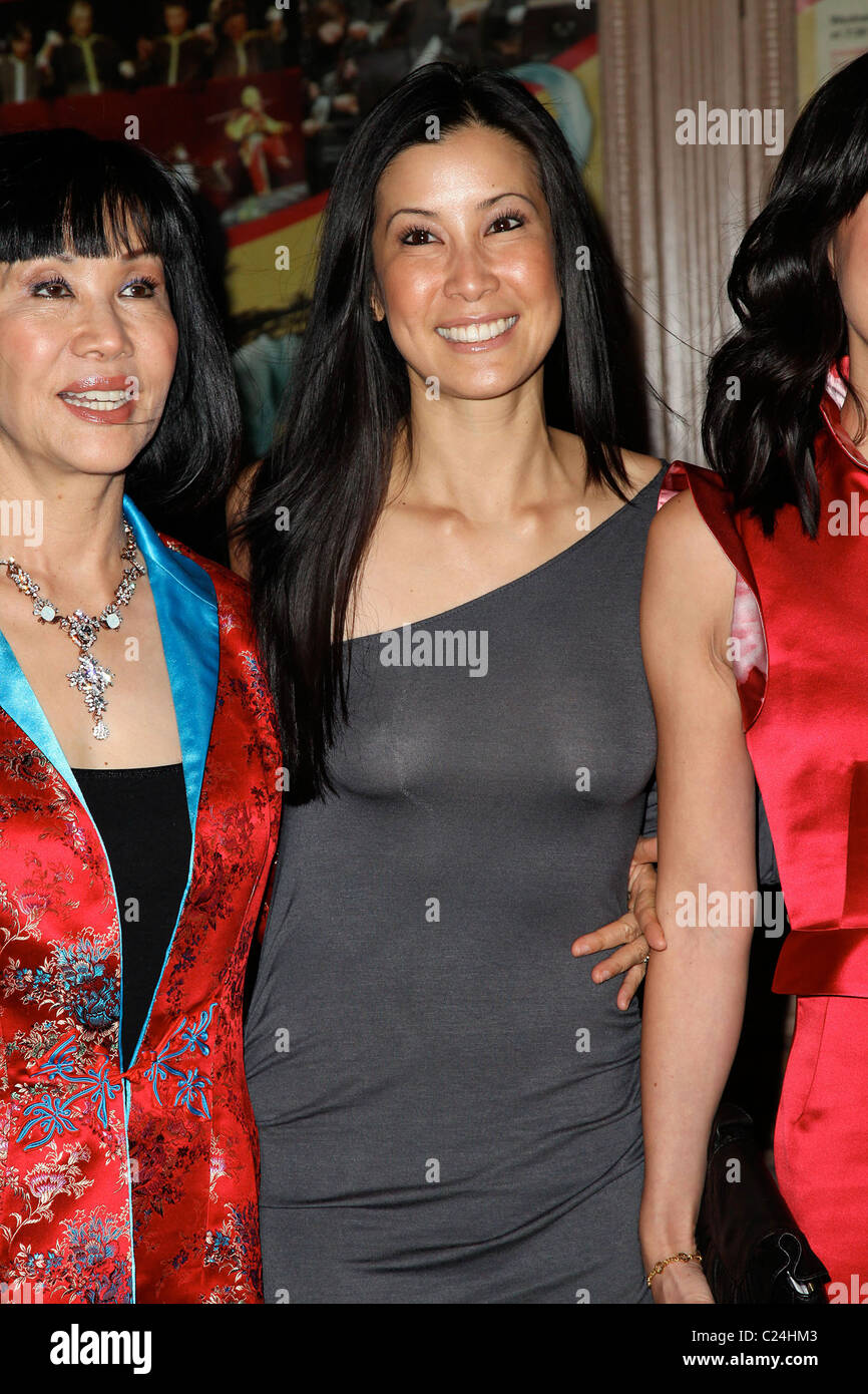 712085deafa4 Journalists Lisa Ling (L) and Laura Ling Glamour Woman of the Year Awards  2009 at Carnegie Hall New York City, USA -