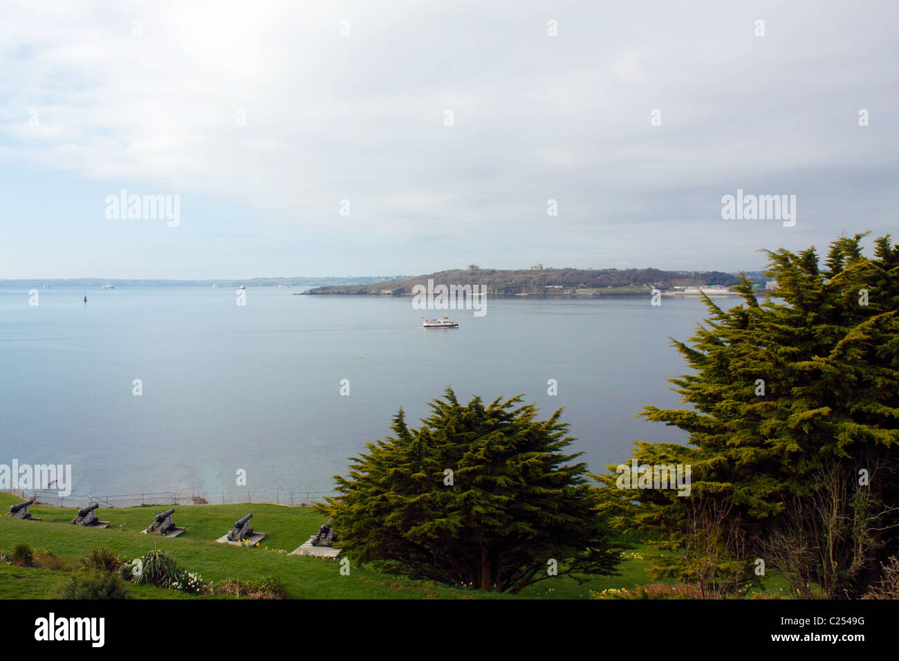 THE WATERS OF CARRICK ROADS BETWEEN St MAWES CASTLE AND FALMOUTH. CORNWALL UK. - Stock Image
