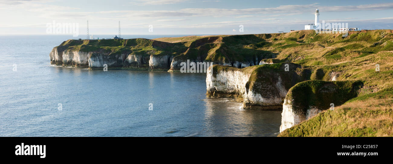 The lighthouse at Flamborough Head from the coastal path, Flamborough, East Yorkshire - Stock Image