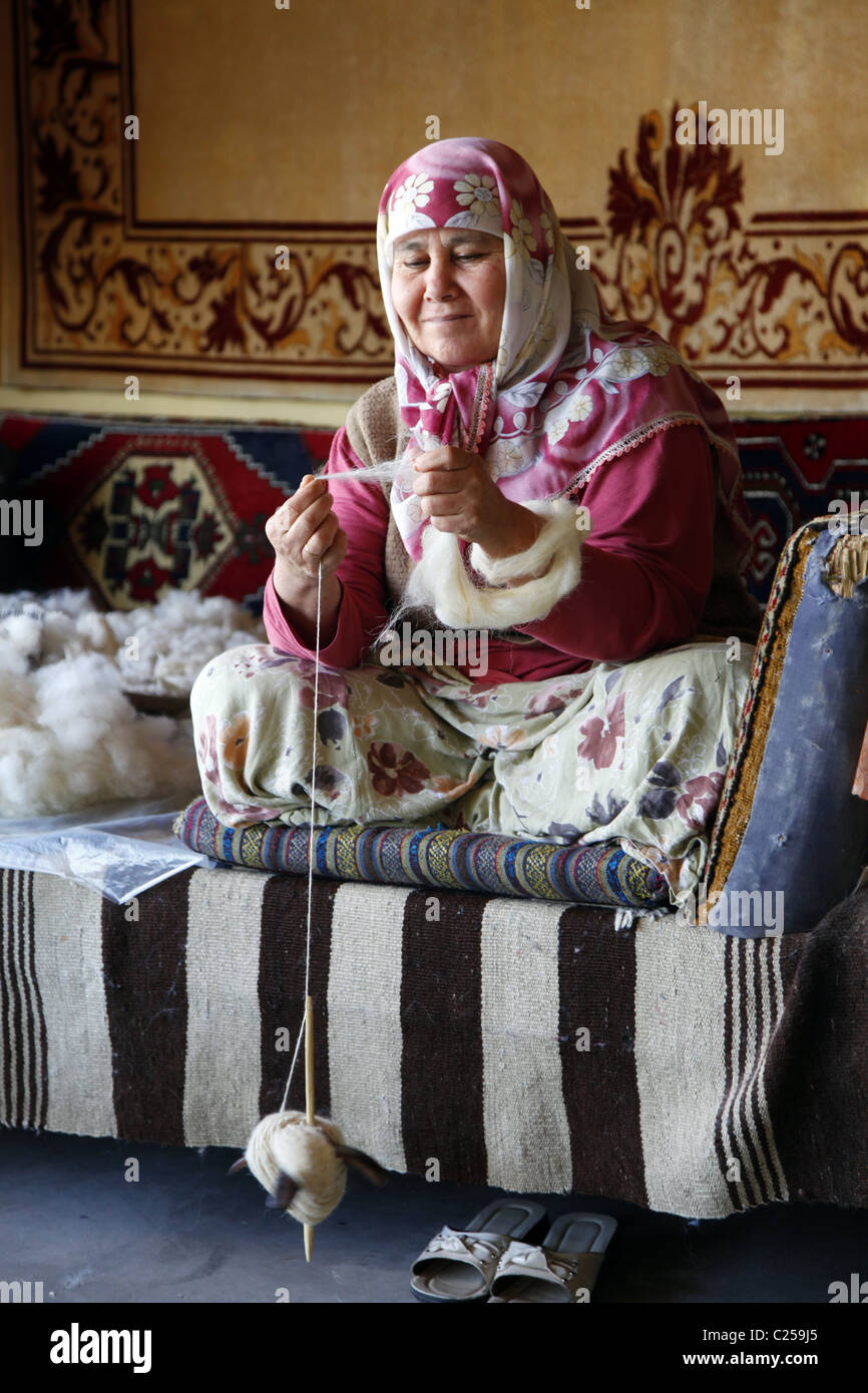 TURKISH WEAVER SPINS THE COTTON FOR KILIM RUGS FETHIYE & TURKEY 15 January 2011 - Stock Image
