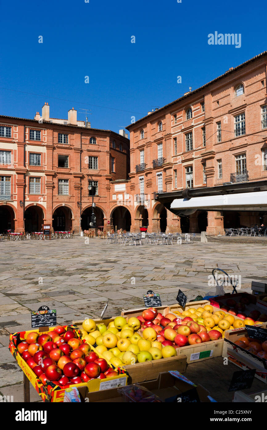 Fruit stall in the Place Nationale, Montauban, The Lot, France - Stock Image