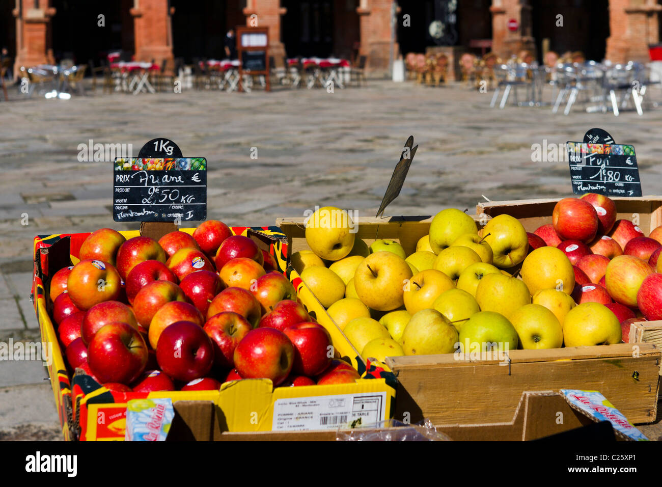 Apples on a market stall in the Place Nationale, Montauban, The Lot, France - Stock Image