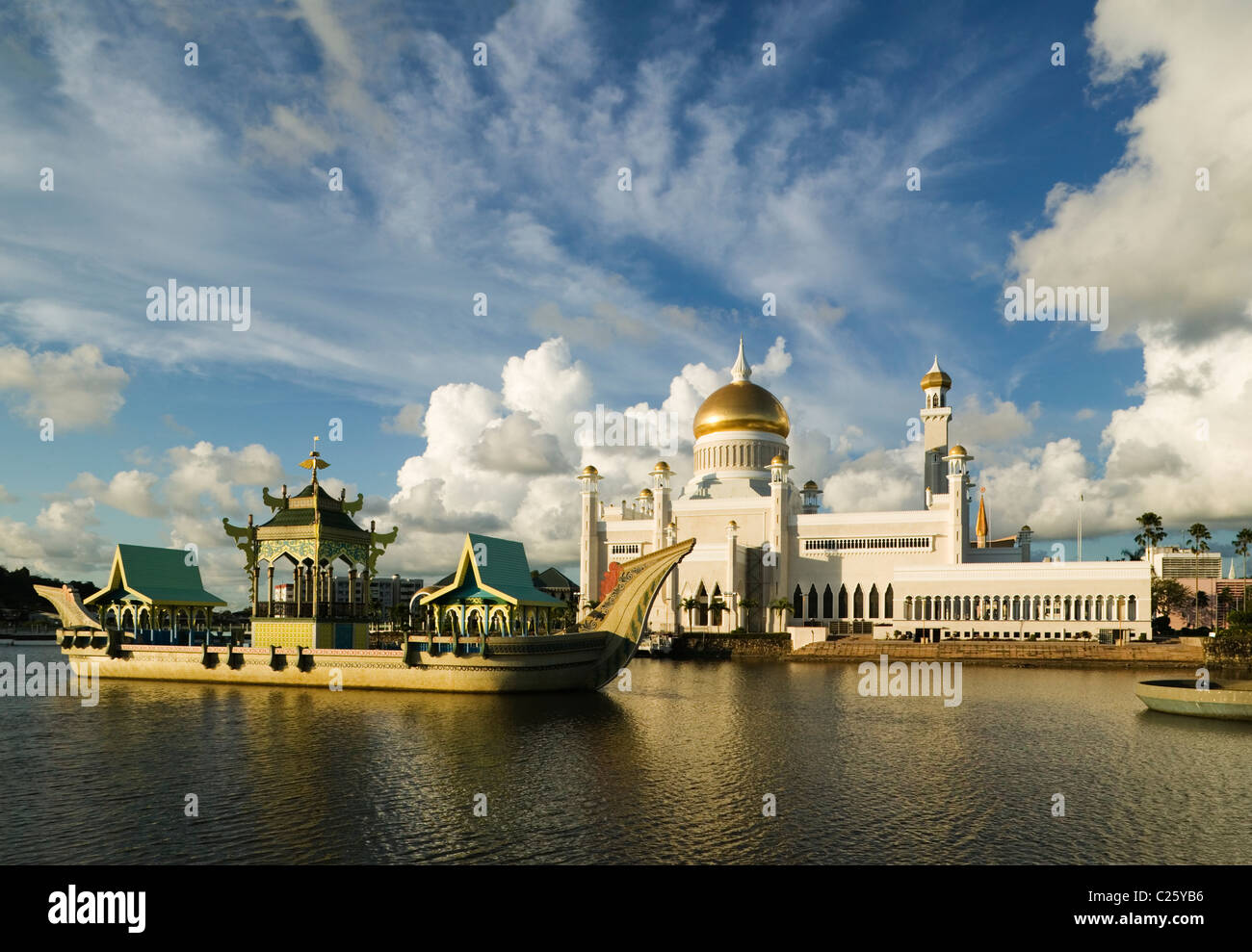 The Sultan Omar Ali Saifuddien Mosque and royal barge at Bandar Seri Begawan, Negara Brunei Darussalam. (Brunei, - Stock Image
