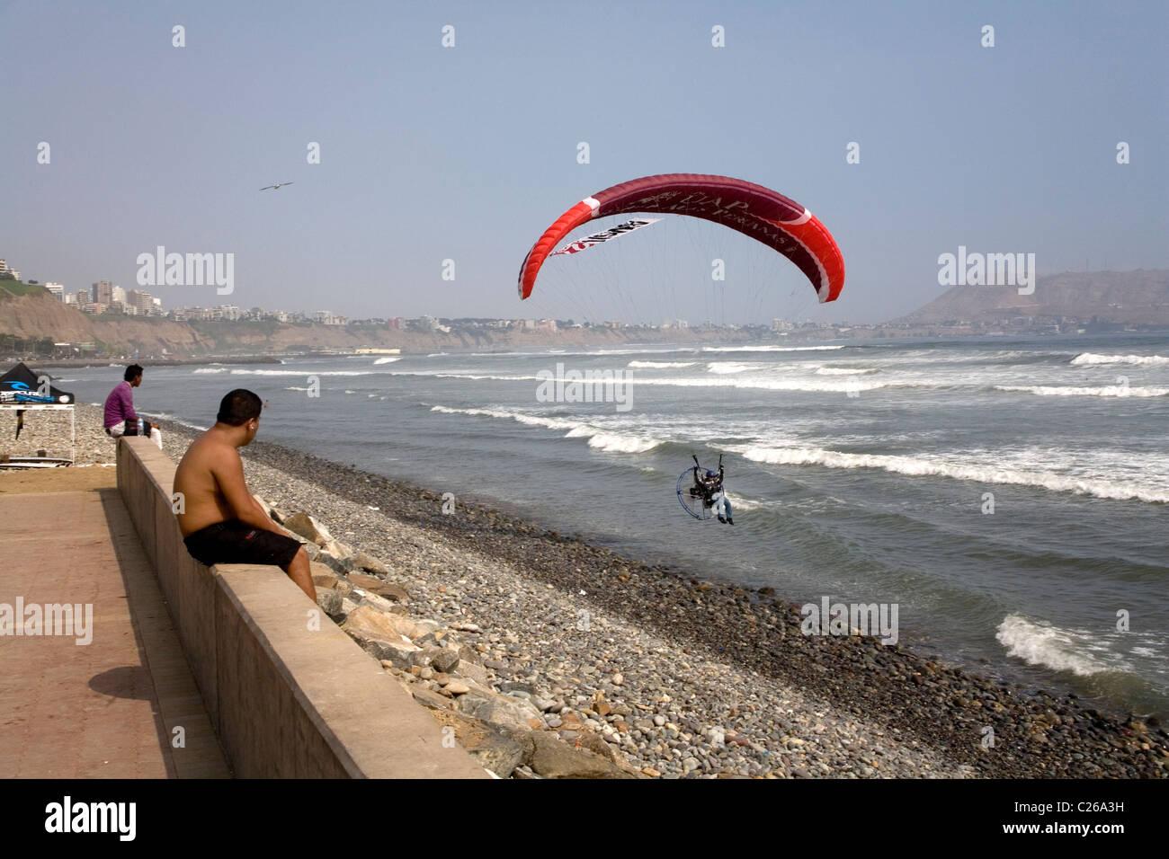 Motor paraglider along the beaches of Miraflores, Lima Peru - Stock Image