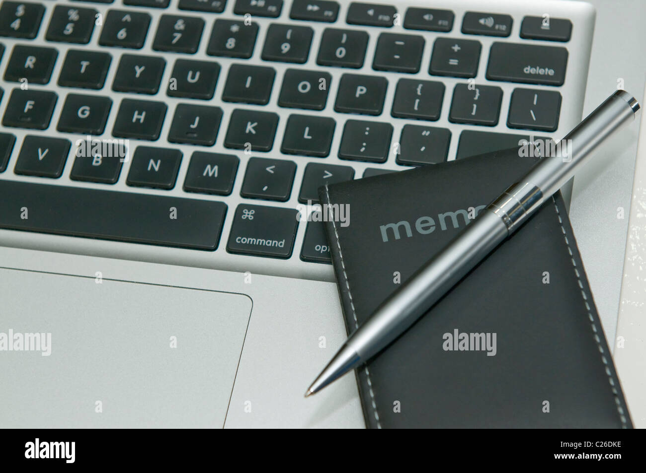 Memo and pen on the laptop keyboard - Stock Image