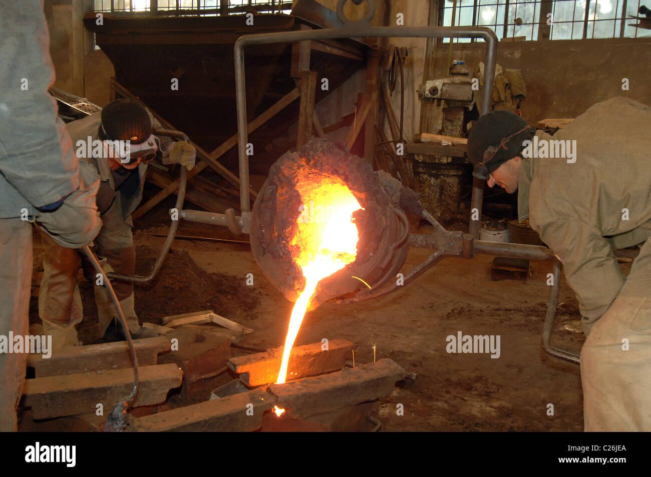 Industrial metallurgy, Molten metal in the vessel - Stock Image