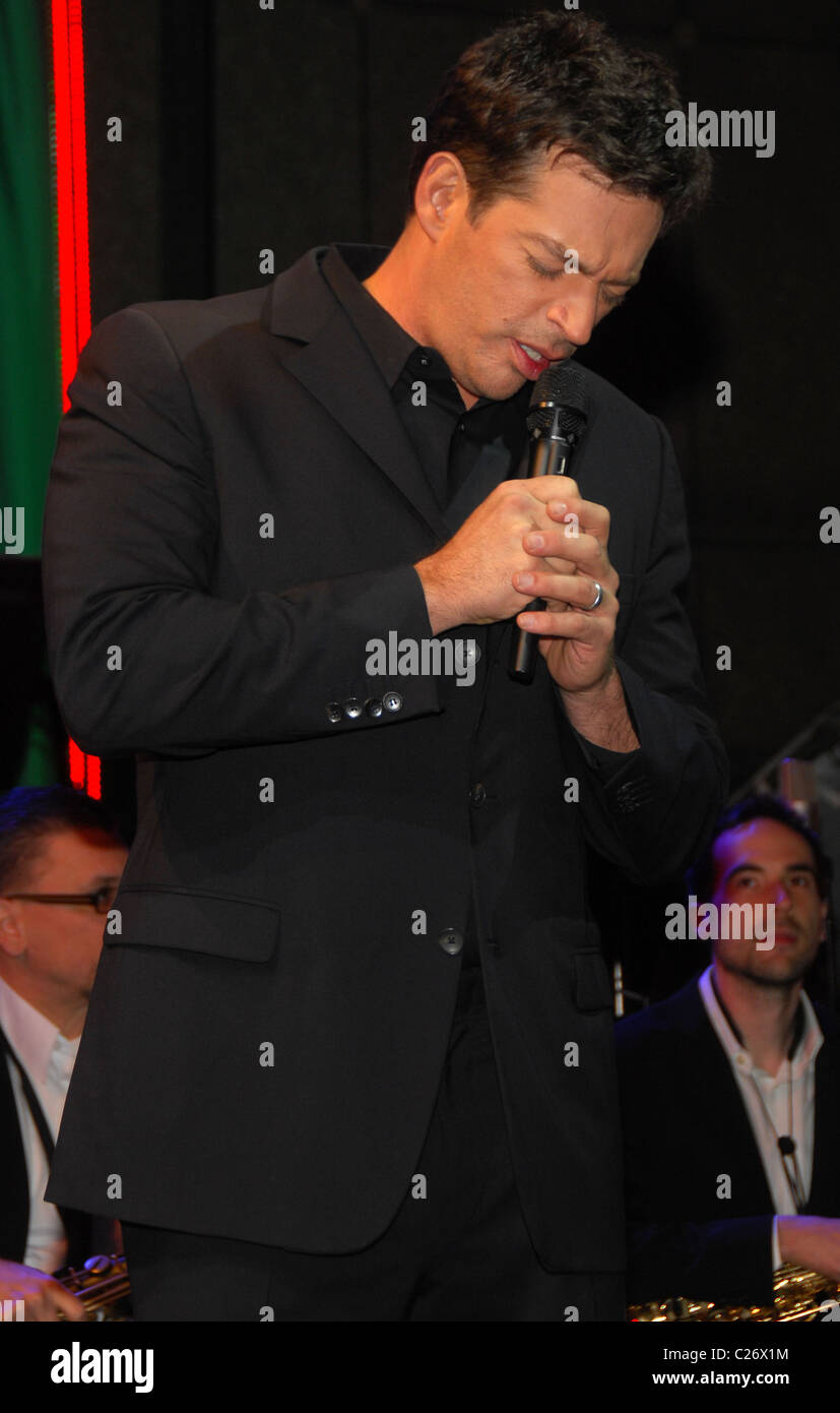 singer harry connick jr celebrates the 2009 christmas unveiling at blommingdales new york city