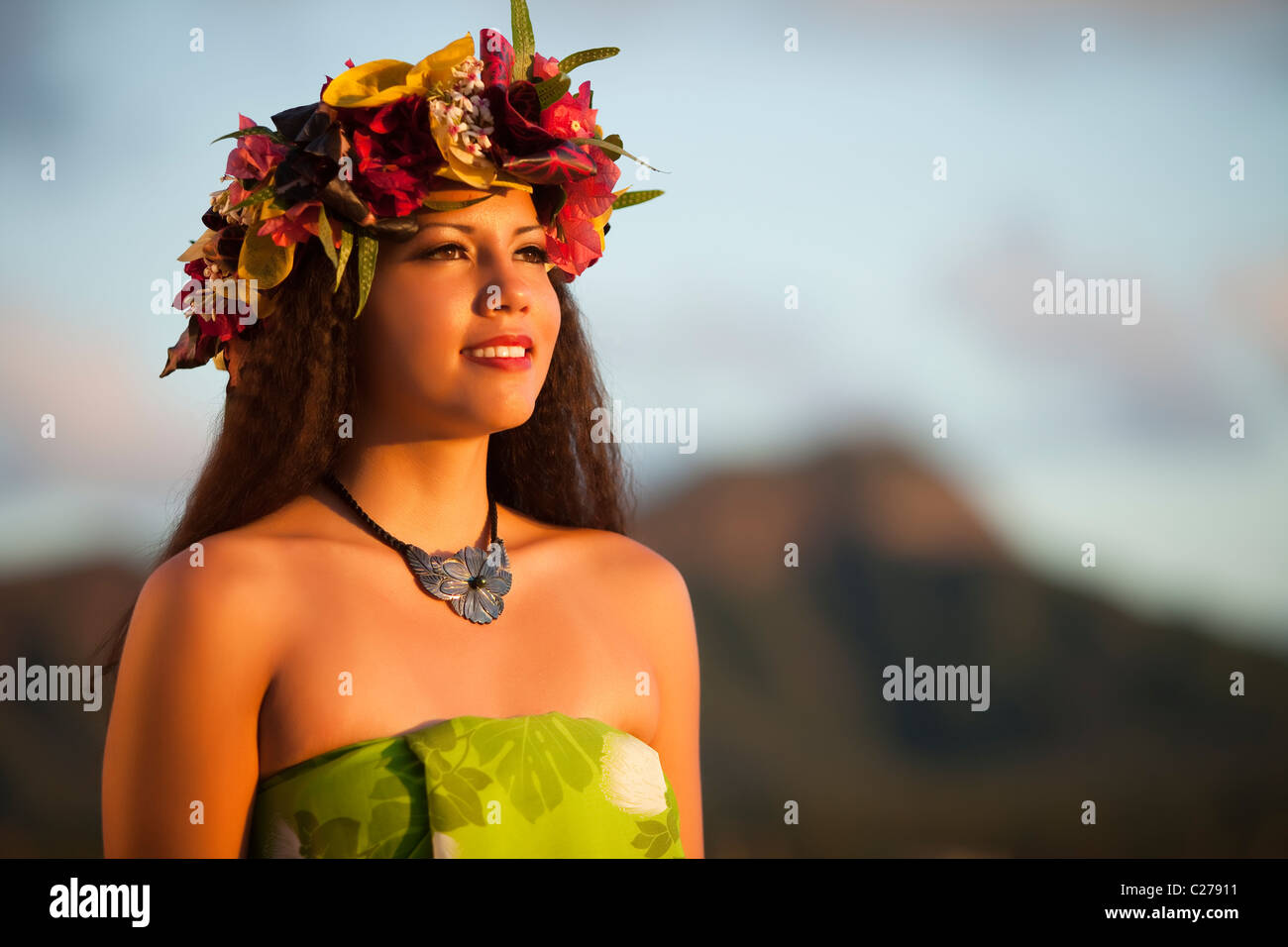 Alii Kai Hula dancer poses on Waikiki Beach with Diamond Head as backdrop - Stock Image