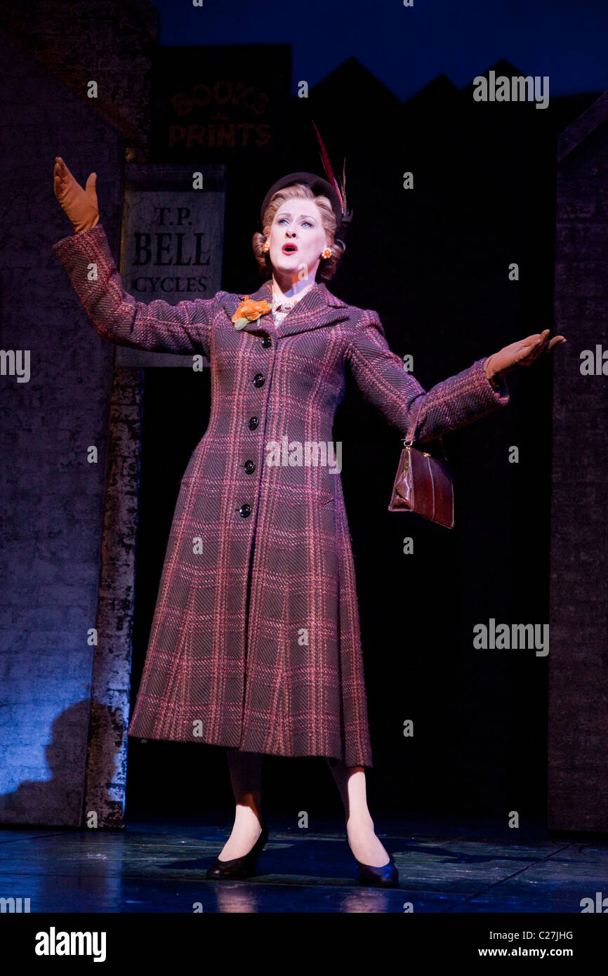 Sarah Lancashire singing in the musical comedy Betty Blue Eyes at the Novello Theatre - Stock Image