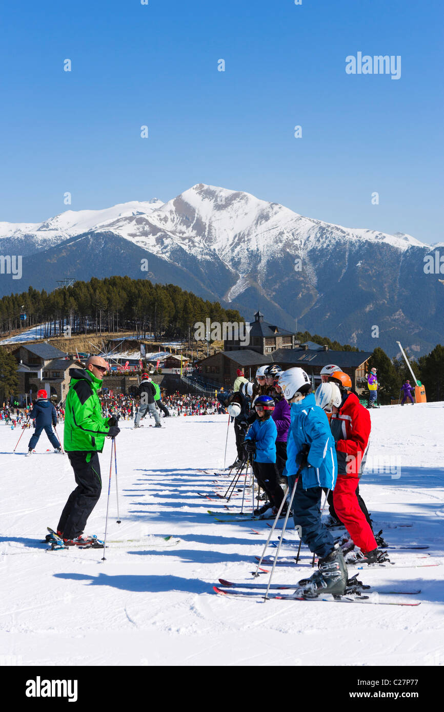 Ski school on the nursery slopes in Pal, near Arinsal, Vallnord Ski Area, Andorra - Stock Image