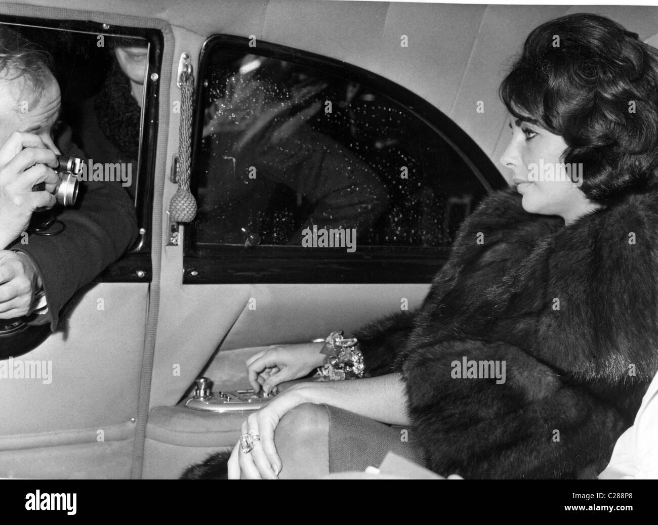 Actress Elizabeth Taylor photographed in car - Stock Image